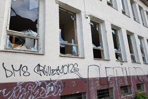 Na budove sú porozbíjané okná.