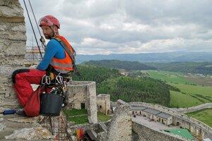 Práce vo výškach nie sú pre mužov problém.