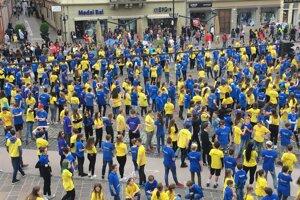 Žiaci opäť tancovali v modrých a žltých tričkách.