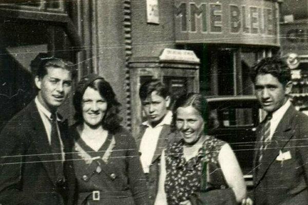 Posledná fotografia vznikla na Václavskom námestí v deň, keď ju zavraždili - Otília Vranská stojí vľavo.