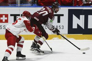Nikita Kučerov (vľavo) bráni Laurisa Daržinsa v zápase Lotyšsko - Rusko na MS v hokeji 2019.