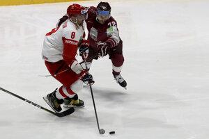 Janis Jaks (vpravo) bráni Alexandra Ovečkina v zápase Lotyšsko - Rusko na MS v hokeji 2019.