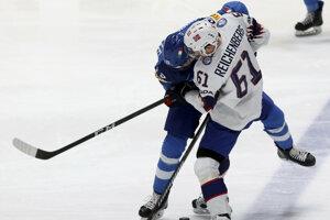 Talian Peter Hochkofler a Nór Alexander Reichenberg v súboji o puk v zápase Taliansko - Nórsko na MS v hokeji 2019.