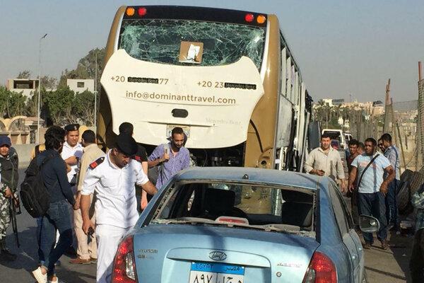Turistický autobus v Egypte zasiahol výbuch, zranilo sa viacero ľudí