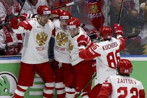 Ruskí hokejisti sa radujú po jednom z góle.