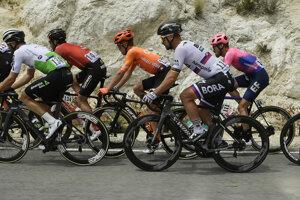 Peter Sagan (druhý sprava) z tímu Bora-Hansgrohe v záverečnej siedmej etape pretekov Okolo Kalifornie na trati zo Santa Clarity do Pasadeny v noci na 19. mája 2019.