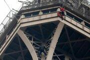 Neznámy lezec na Eiffelovej veži.