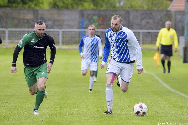 Marek Sperka (vpravo) prispel dvoma gólmi k víťazstvu Kozároviec nad Hornými Obdokovcami.