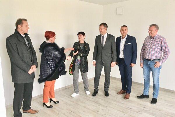 Primátorka Alexandra Gieciová (druhá zľava) odovzdáva kľúče novým nájomníkom.
