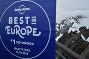 Reklamný pútač známeho cestovateľského sprievodcu Lonely Planet na Lomnickom štíte.