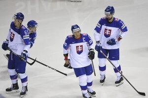 Na snímke druhý sprava Ladislav Nagy nastupuje na svoj posledný zápas v kariére v stretnutí Slovensko - Dánsko na MS v hokeji 2019.