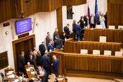 Poslanci čakajúci v rade počas tajnej voľby kandidátov na sudcov Ústavného súdu SR v rámci rokovania pokračujúcej 45. schôdze Národnej rady. Bratislava, 21. máj 2019.