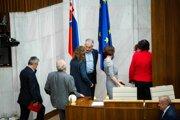 Poslanci v tajnej voľbe volia kandidátov na sudcov Ústavného súdu.