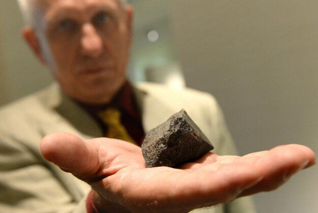 Ján Svoreň s úlomkom meteoritu Košice, ktorý 28. februára 2010 dopadol na východnom Slovensku.