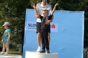 So svojim veľkým kamarátom Matejom Tóthom víťazí v živote aj na stupienkoch.
