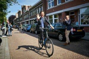 Holandský premiér prišiel hlasovať na bicykli.