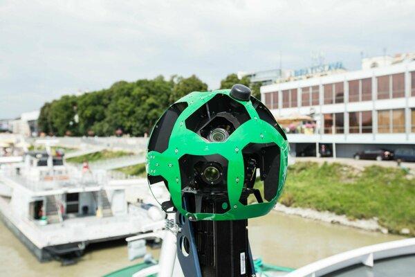 Špeciálny fotoaparát služby Google Street View namontovaný na výletnej lodi v Bratislave.