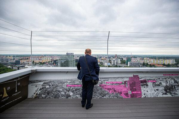 Vyhliada UFO v Bratislave je chránená drôtmi.