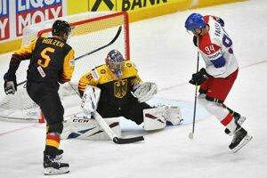 Zľava Korbinian Holzer a brankár Philipp Grubauer, v šanci Radek Faksa vo štvrťfinále Česko - Nemecko na MS v hokeji 2019.
