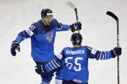 Hokejisti Fínska oslavujú gól v zápase Fínsko - Švédsko na MS v hokeji 2019.