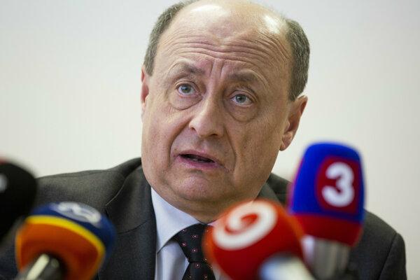 Predseda komisie Eduard Bárány.