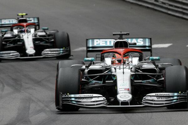 Lewis Hamilton (vpravo) a Valtteri Bottas počas Veľkej ceny Monaka 2019.