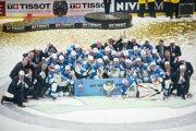 Fínski hráči oslavujú triumf na šampionáte.
