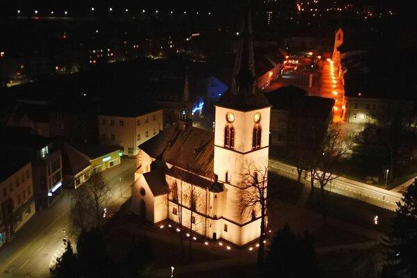 Osvetlený kostol sv. Kataríny Alexandrijskej.