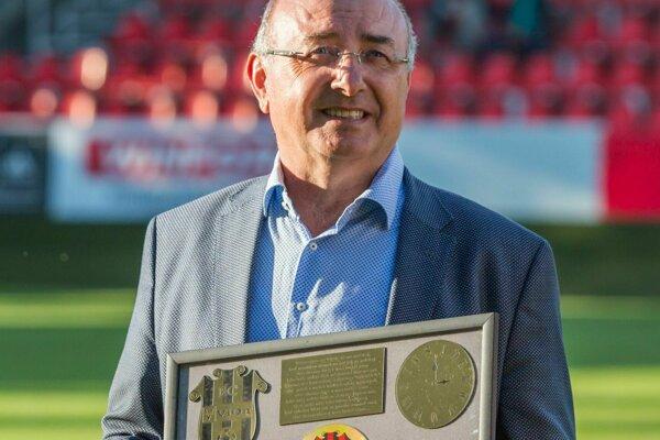 Viliam Ondrejka, majiteľ FC ViOn Zlaté Moravce - Vráble, so zlatou platňou venovanou kapelou Inside.