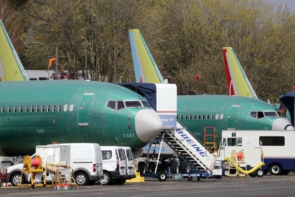 Nové Boeingy, ktoré mali dostať rôzne letecké spoločnosti, stoja na odstavnej ploche pri závode Boeingu v USA.
