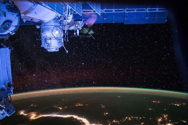 Záber z vesmírnej stanice ISS na nočnú oblohu s polárnou žiarou.