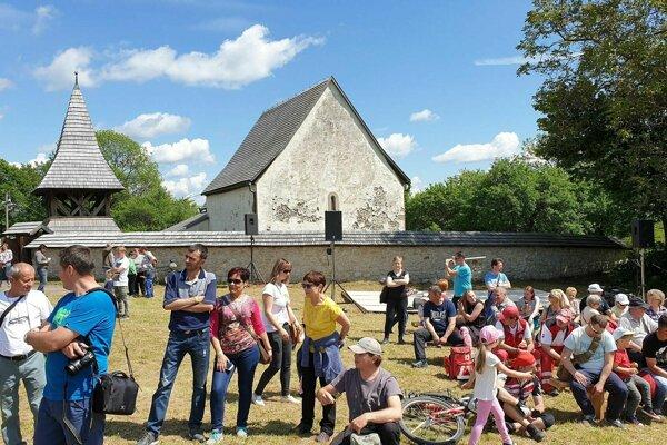 Na snímke účastníci festivalu Z histórie Malohontu, ktorý sa konal pri gotickom kostole v obci Kraskovo v okrese Rimavská Sobota.