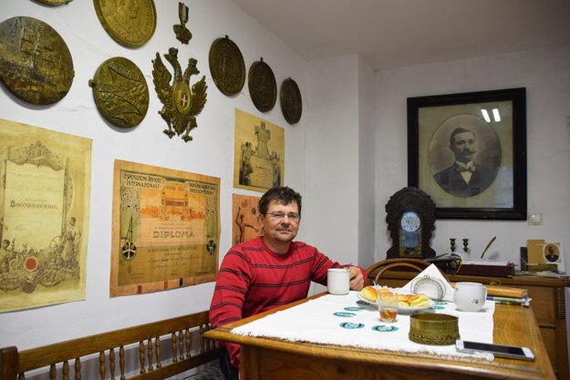 Pagáče napečené, čaj rozvoniava. U Juraja Šeríka v Dlhom Poli sa môžete cítiť ako doma. Na stene visí podobizeň jeho pradedka - majstra Jozefa Holánika - Bakeľa.