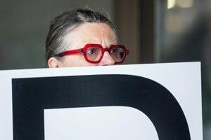 Herečka Zuzana Kronerová na proteste pred budovou Najvyššieho súdu, ktorý rozhodoval o podaní generálneho prokurátora Čižnára na rozpustenie strany ĽSNS.
