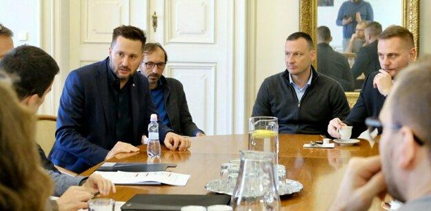 Primátor Matúš Vallo zvolal po bitke v autobuse poradu. Po jeho pravej strane jeho poradca Vlado Talian, ďalej šéf Mestskej polície Marek Gajdoš a viceprimátor pre bezpečnosť Juraj Káčer.