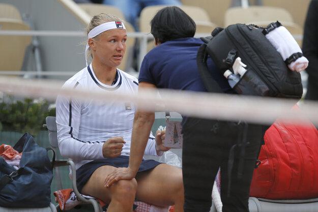 Kiki Bertensová v opatere zdravotníčky. Napokon sa rozhodla zo zápasu proti Viktórii Kužmovej odstúpiť.
