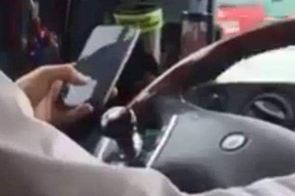 Takto četoval počas jazdy.