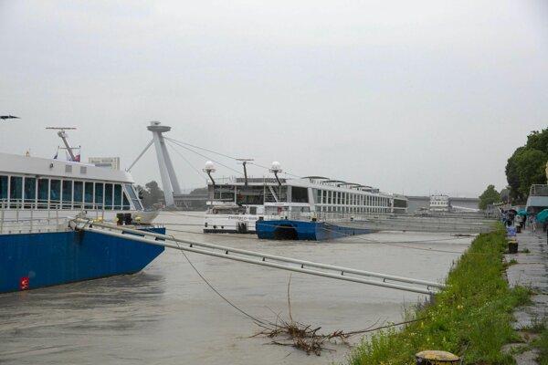 Kotviace lode a zvýšená hladina rieky Dunaj v Bratislave 30. mája.