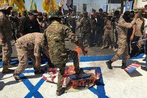 Pálenie izraelskej vlajky v priebehu protiizraelských protestov.