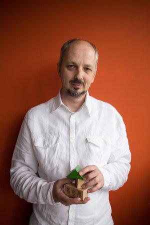 Marek Roháček (1966) spoluzakladal v roku 1993 združenie Návrat, ktorého je predsedom. Venuje sa rodinným formám starostlivosti o opustené deti, sanácii rodín v kríze, systémovým zmenám v sociálnoprávnej ochrane detí, supervízii. Osem rokov externe učil na Katedre sociálnej práce na PdF UK v Bratislave, robil poradcu ministerke práce, sociálnych vecí a rodiny Ivete Radičovej. Je otcom štyroch detí, z toho dvoch v pestúnskej starostlivosti.