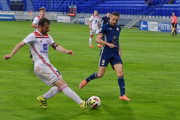 Na snímke hráč Popradu Stanislav Šesták (vpravo) a hráč Trenčína Peter Kleščík počas prvého barážového zápasu o postup do 1. futbalovej ligy medzi FK Poprad - AS Trenčín, v Poprade 28. mája 2019.
