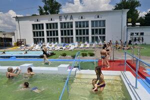 Atmosféra na letnom kúpalisku Eva v Piešťanoch, ktoré 1. júna 2019 otvorilo svoju 85. sezónu.