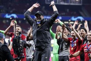 Tréner a futbalisti Liverpoolu oslavujú po zisku trofeje šampiónov v Lige majstrov.