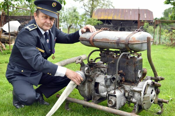 Ladislav Chvostaľ s jednou z najstarších motorových striekačiek od výrobcu Stratilka.