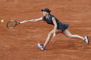 Rumunská tenistka Simona Halepová vracia loptičku Poľke Ige Swiatekovej v zápase osemfinále ženskej dvojhry na grandslamovom turnaji Roland Garros v Paríži 3. júna 2019.