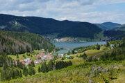 Pohľad z Dobšinského kopca na priehradu Palcmanská Maša a obce Dedinky a Mlynky v Národnom parku Slovenský raj.