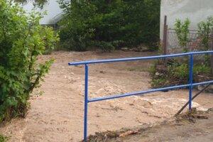 Voda zaliala niekoľko rodinných domov a iných objektov.
