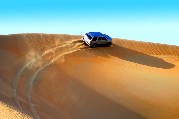Výlet do púštnych dún v aute s pohonom všetkých kolies je veľký zážitok.