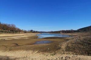 Odhalené dno priehrady vyvolávalo v priebehu marca u miestnych obavy pred letnou turistickou sezónou.
