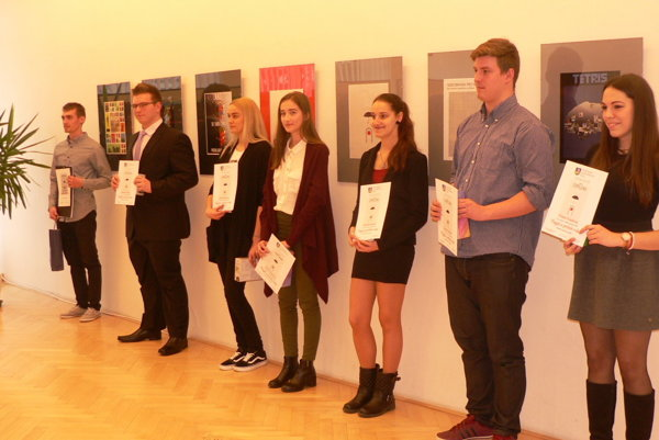 Časť ocenených autorov výtvarnej aj literárnej časti súťaže.